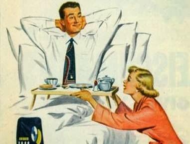 mujer-sirviendo-el-desayuno-a-su-esposo